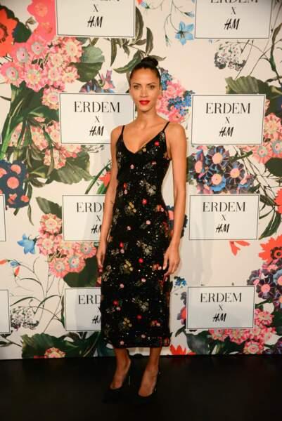 Noemie Lenoir lors de la soirée de lancement de la collection Erdem x H&M à Paris le 26 octobre 2017