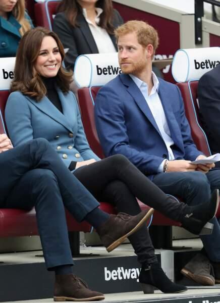 Kate Middleton et Harry d'Angleterre, très chic et sobre en bleu, blanc et noir