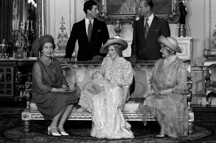 La famille royale d'Angleterre réunie autour du prince William à l'occasion de son baptême, le 4 août 1982