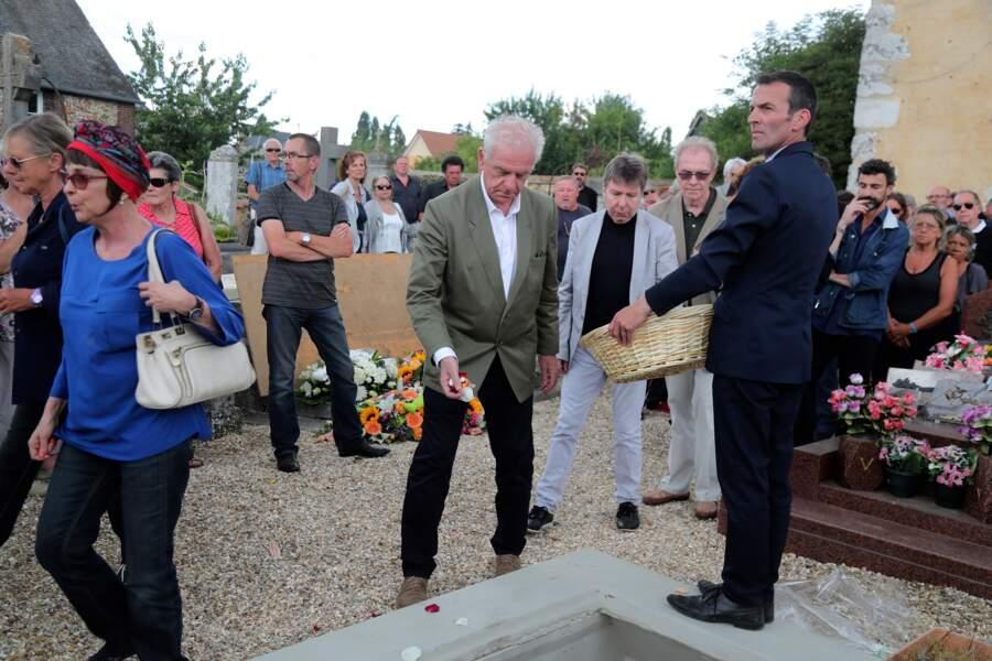 Ariane, Dorothée et Jacky aux obsèques de François Corbier au cimetière de Serez, le 5 juillet 2018.