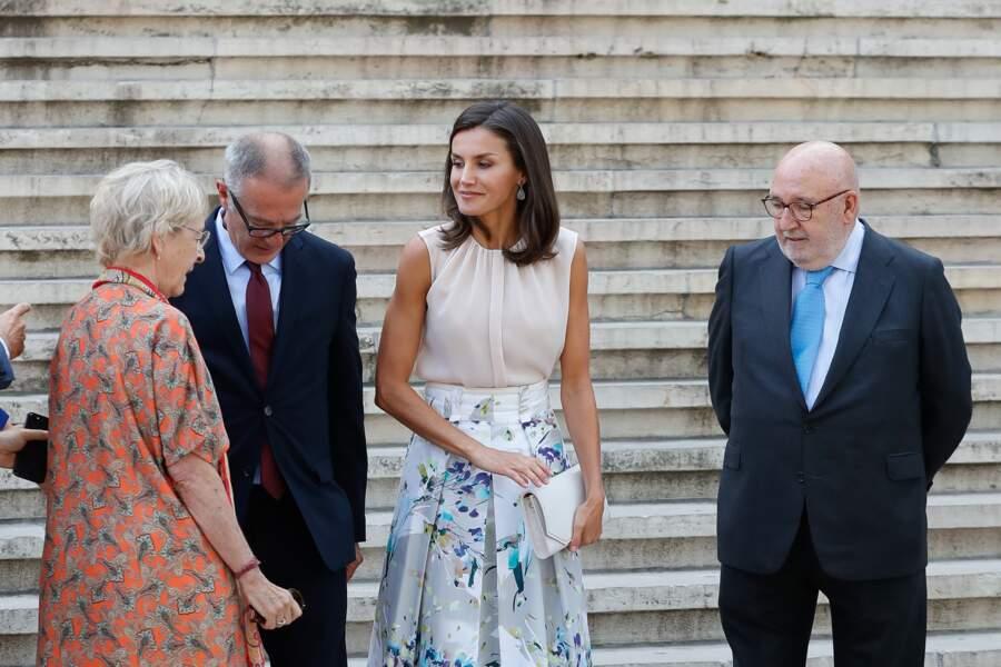 Letizia d'Espagne radieuse avec une jupe fleurie et un top rose pastel