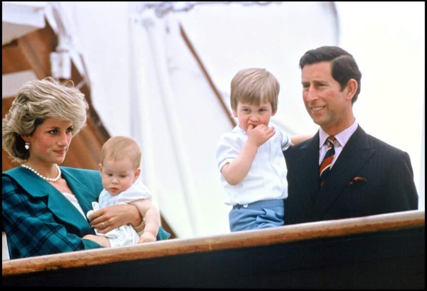 Lady Diana et le prince Charles, avec leurs enfants Harry et William, en visite à Venise en 1985