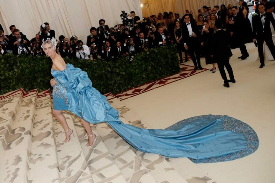 Diane Kruger magnifique en robe longue Prabal Gurung, coiffé d'un voile et de bijoux Tasaki