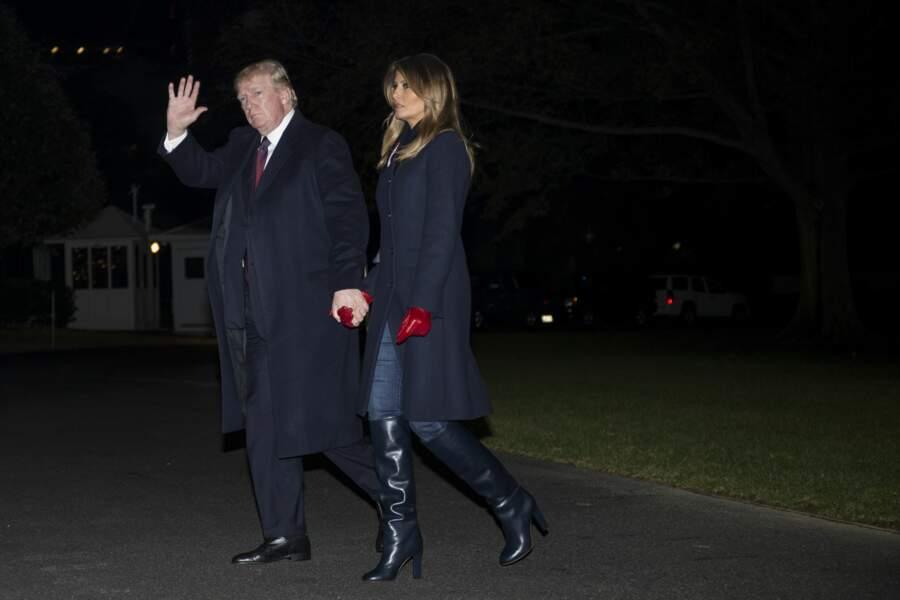Melania Trump first lady moderne avec le jean rentré dans ses bottes chic Stella McCartney