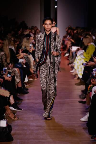 Costume chic et souple, les rayures donnent de l'élégance au léopard chez Elie Saab.