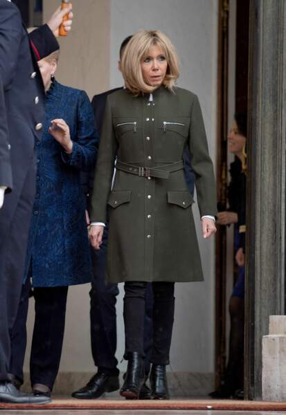 Brigitte Macron en manteau d'officier Louis Vuitton
