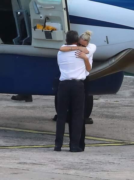 L'avion de Laeticia Hallyday se pose à St Barth, l'épouse du rockeur en larmes