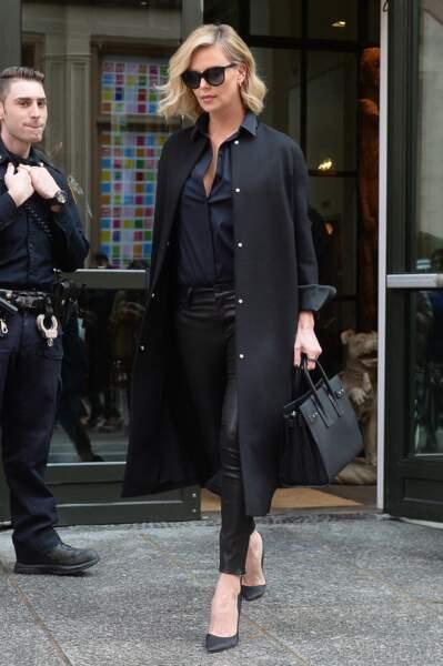 Charlize Theron : l'actrice mixe son slim en cuir avec des talons pour un look très élégant