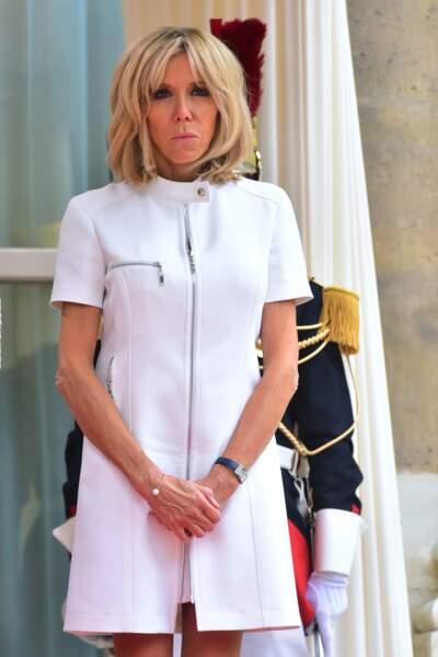 13 juillet 2017 :  Brigitte Macron en roube courte zippée blanche Louis Vuitton