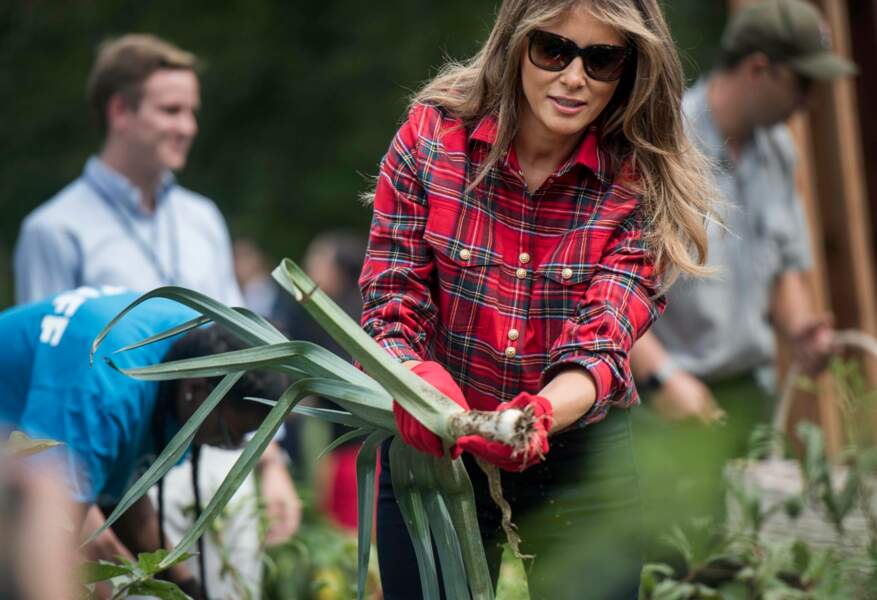 Melania Trump et sa chemise à carreaux Balmain, dans les jardins de la Maison Blanche, le 22 septembre 2017