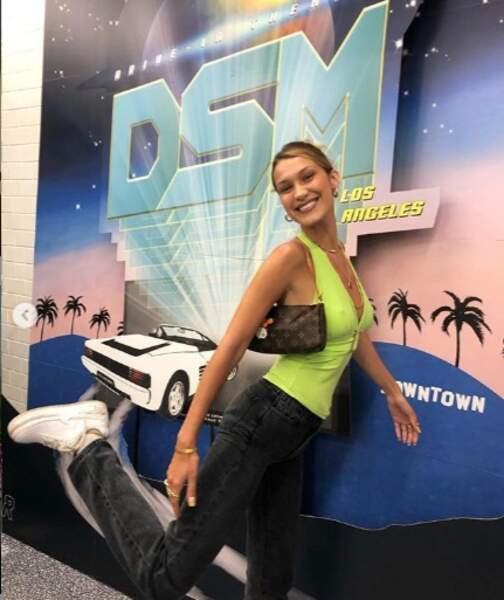 Bella Hadid mise sur le jean J Brand x Elsa Hosk pour une tenue décontractée.