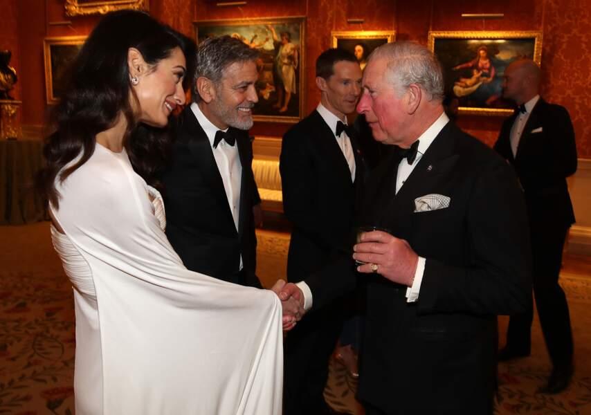 Amal Clooney était sublime dans cette robe blanche immaculée et moulante avec le prince Charles