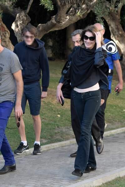 Carla Bruni-Sarkozy se promène en famille