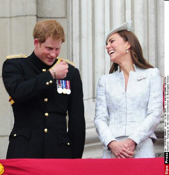 Durant le Trooping Colour Kate Middleton et Prince Harry s'éclatent