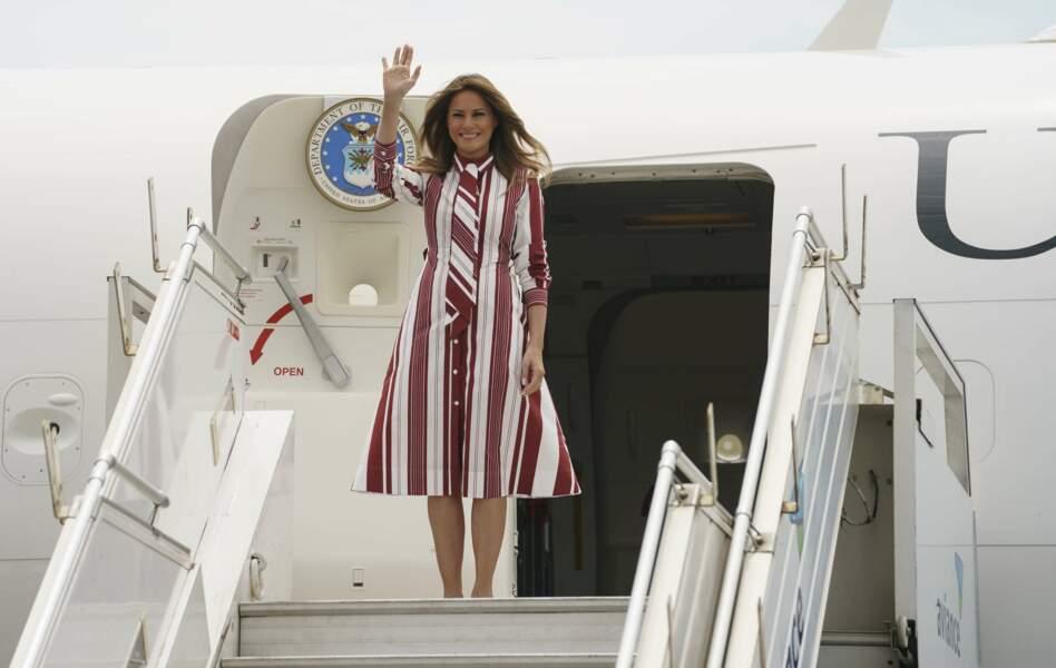 Melania Trump en robe à larges rayures Celine, lors de son arrivée au Ghana, le 2 octobre 2018