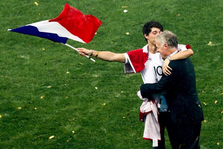Dylan Deschamps prend son père, Didier Deschamps, dans ses bras après la victoire des Bleus à la Coupe du monde