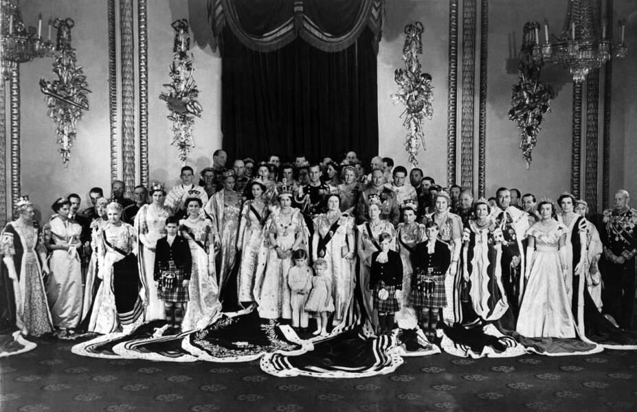 Charles, au premier rang, sur la photo officielle du couronnement de la reine Elizabeth II en 1953