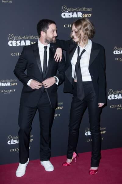 Guillaume Gouix et Lily-Rose Depp prennent la pose en riant