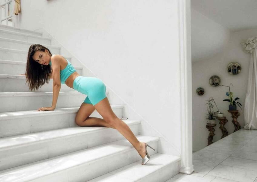 Emily Ratajkowski sexy et féline pour la nouvelle campagne de sa marque Inamorata
