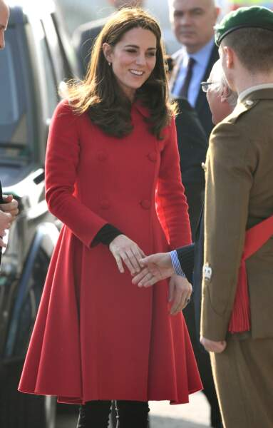 Kate Middleton fait sensation à Belfast avec un manteau rouge Carolina Herrera.
