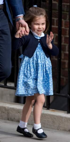 Sosie de son arrière-grand-mère, Charlotte maîtrise déjà le salut royal.