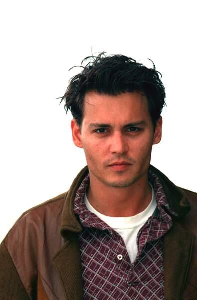 Johnny Depp  incarne le brun ténébreux par excellence des années 90
