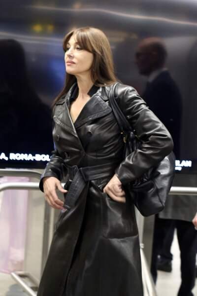 Monica Bellucci, chic avec son trench en cuir noir, arrive à l'aéroport de Milan, le 19 février 2019.