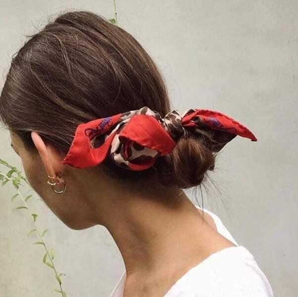 Un chignon bas de danseuse souligné par un foulard en noeud papillon