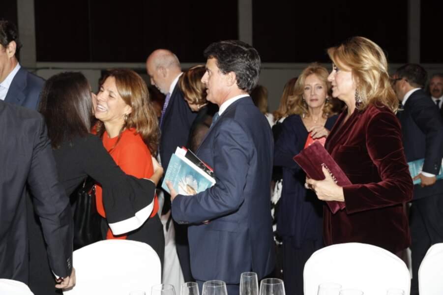 Le velours rouge sur sa pochette et sa veste : le look de Susanna Gallardo est moderne et tendance.