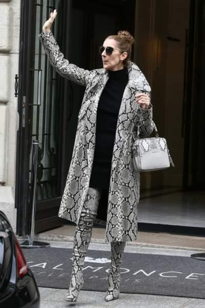En tenue python, Céline Dion radieuse, salue ses fans venus la saluer devant son hôtel parisien