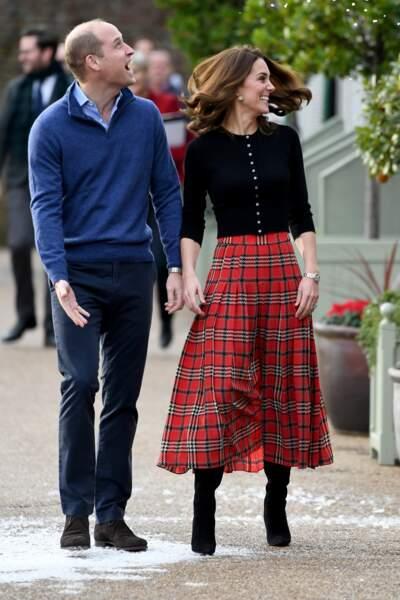 Kate Middleton joyeuse et lookée avec le prince William lors d'une fête de Noël à Kensington