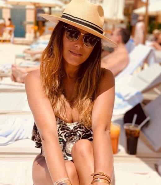 Karine Ferri rayonnante le 23 juin avec son maillot de bain leopard et cachée derrière ses lunettes de soleil