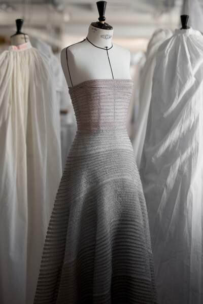 Une tenue brodée de galons nuancés du gris perle à l'anthracite Dior Haute Couture