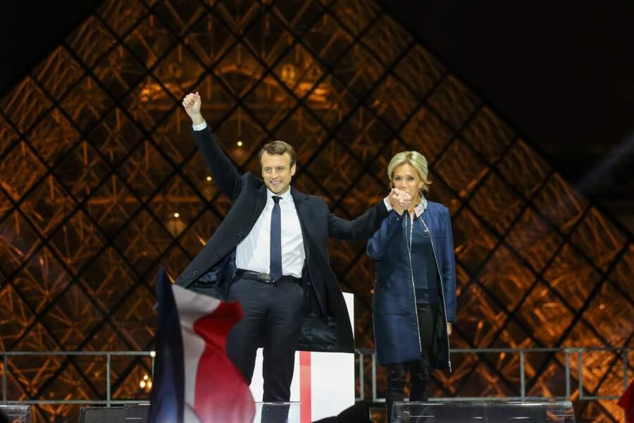 7 mai 2017 : Brigitte Macron en robe et manteau Louis Vuitton pour l'élection présidentielle