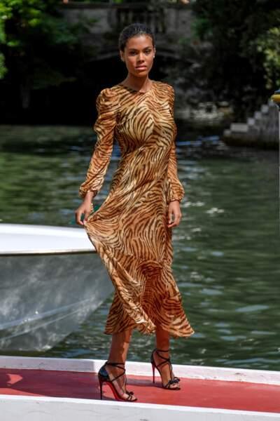 "Longue robe ""chiffon dress"", l'imprimé tigre de sa robe Twinset colle à la peau de Tina Kunakey."