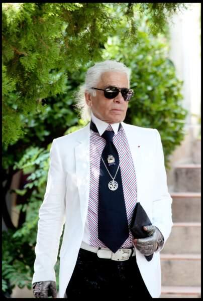 """Karl Lagerfeld, en veste blanche sur chemise rayée, un look très """"French Riviera"""" à Saint Tropez en 2010"""