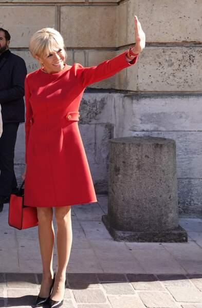 Brigitte Macron est flamboyante dans sa robe rouge lors de sa rencontre avec la reine Sonja de Norvège.