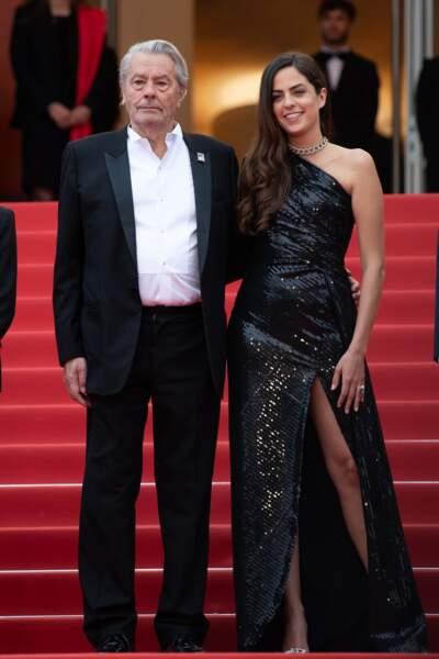 Anouchka Delon dans une robe fendue Elie Saab au bras de son père à Cannes, le 10 mai 2019