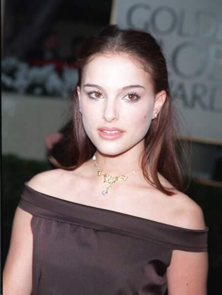 Demie queue et longueurs lissées, malgré un teint quelque peu raté Natalie Portman reste élégante