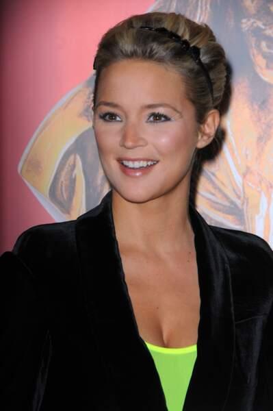 2009 : Virginie Efira s'essaie au serre-tête et aux cheveux plus foncés pour la 23e Nuit des Molières à Paris.