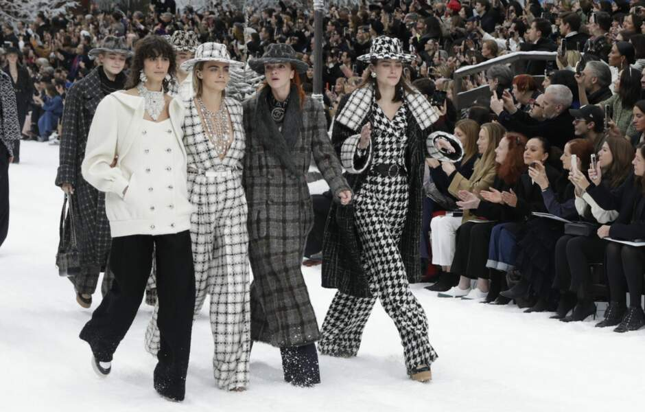 En groupe, les mannequins ont rendu un dernier hommage à Karl Lagerfeld.