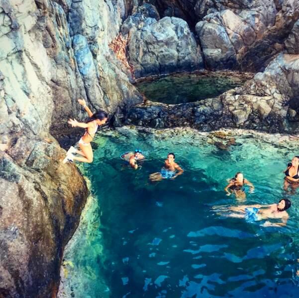 Encore mieux que la piscine pour Jade Halliday:la petite se jette des falaises pour plonger dans la mer turquoise !