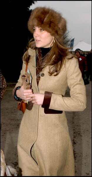 "Kate Middleton en chapka, lors du ""Gold Cup Day"" à Cheltenham en 2006"