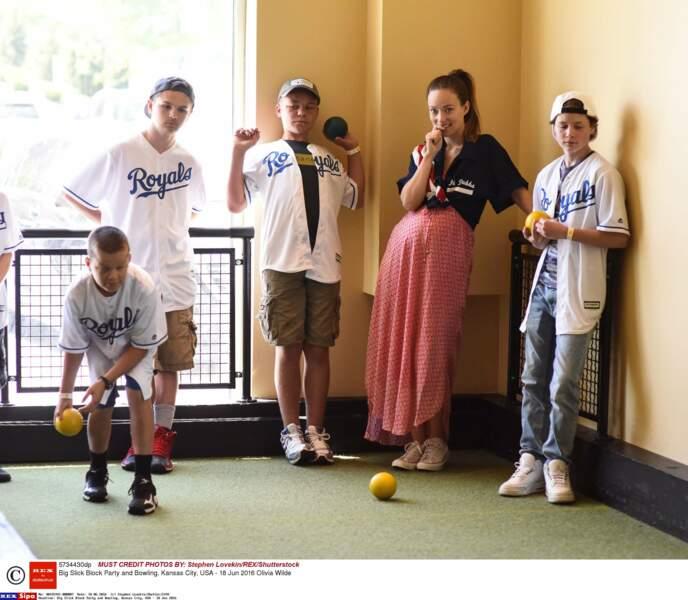 Olivia Wilde, Converses aux pieds, prend part aux jeux des enfants