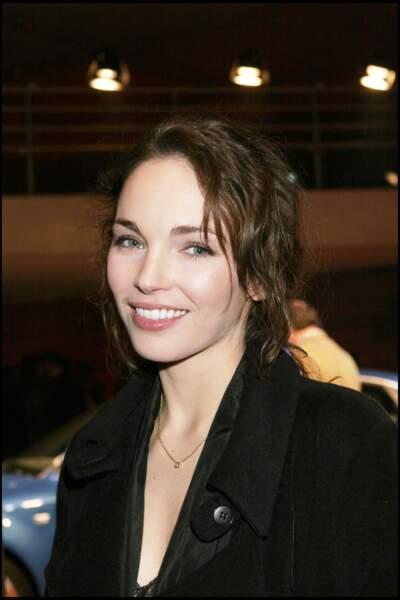 Claire Keim et son chignon flou châtain, lors d'une soirée à Paris en 2005
