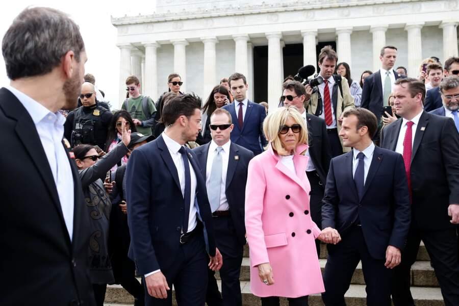 Brigitte Macron, en sécurité grâce aux bras musclés de son garde du corps