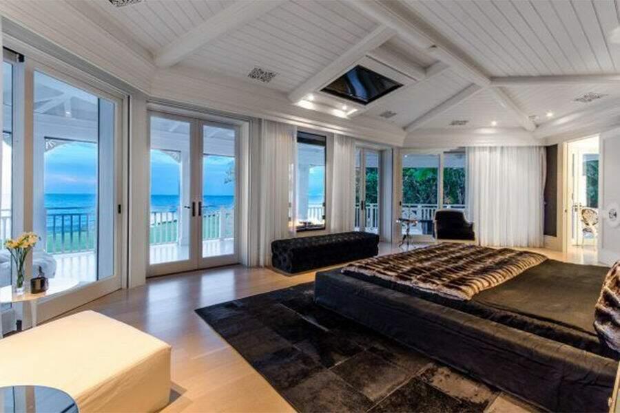 13 chambres, 14 salles de bain, un terrain de tennis, trois piscines, un terrain de golf