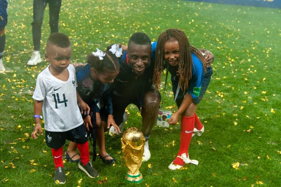Blaise Matuidi prend la pose avec la Coupe du monde et ses trois enfants Myliane, Naëlle et Eden