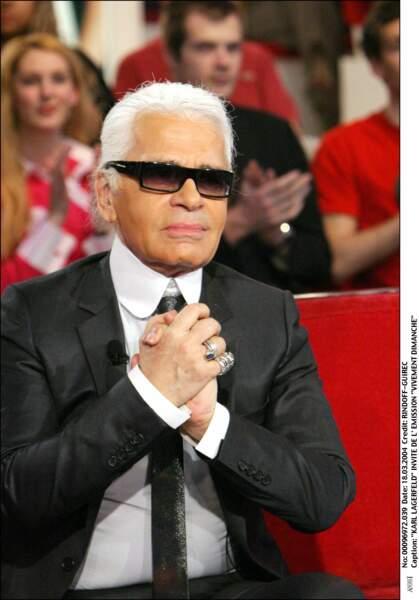 L'accumulation de bagues, l'un des signes distinctifs du style Karl Lagerfeld, (ici sur un plateau télé en 2004)
