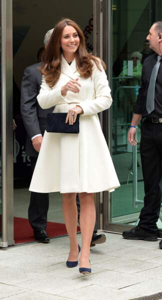 Le manteau blanc ceinturé, coupe ample pour Kate Middleton (alors enceinte), en février 2015 à Portsmouth